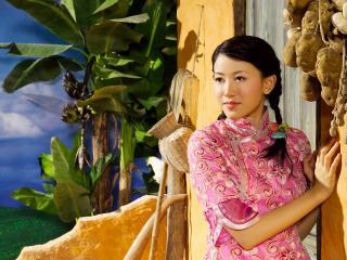 обои Азиатка на пороге фото