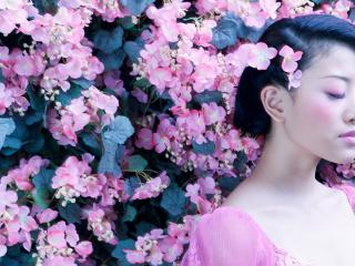 обои Азиатка в розовых цветах фото