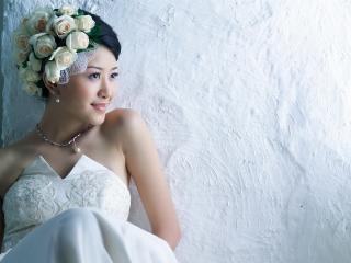 обои Азиатка с розами в голове фото