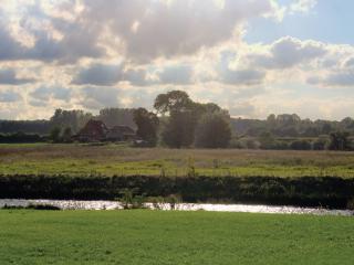обои Дачные домики у ручья под облачным небом фото
