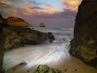 обои Бушующее море у скал. 3D фото