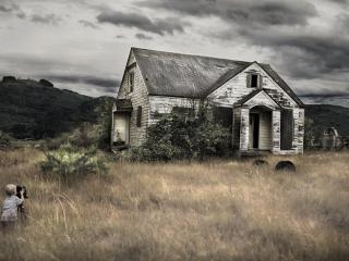 обои Мрачный заброшенный домик фото