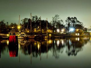 обои Небольшая вечерняя пристань в свечении фонарей фото