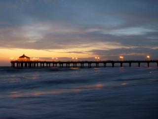 обои Морской пирс под закатным небом фото