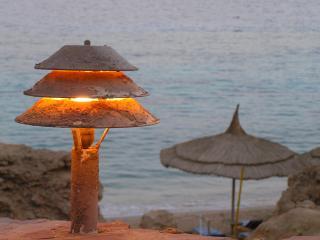 обои Занесенный песком пляжный фонарь фото