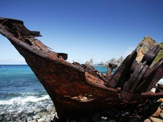 обои Разбитая лодка рыбаков фото