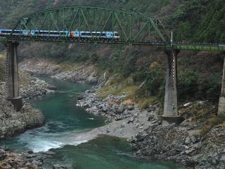 обои Железнодорожный мост через реку фото