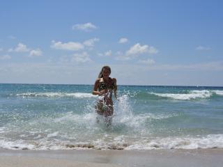 обои Девушка бегущая из моря фото