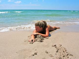 обои для рабочего стола: Девушка на берегу