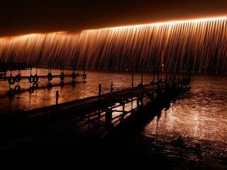 обои Лазерное шоу над рекой фото