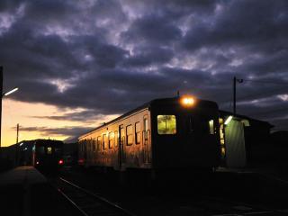 обои Ночной перрон с вагонами фото
