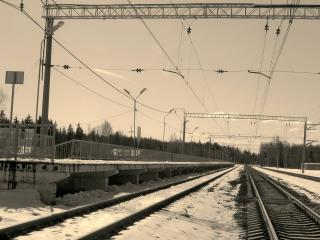 обои Железнодорожное полотно в черно-белом свете фото