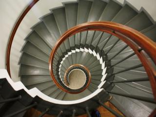 обои Головокружительная винтовая лестница фото