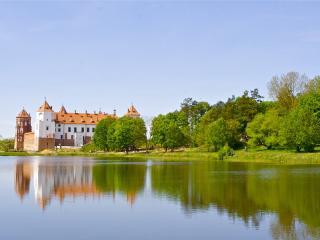 обои Замок на фоне гладкого озера фото