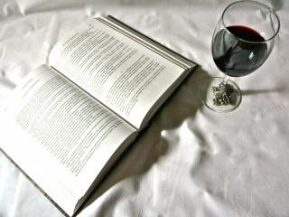 обои для рабочего стола: Книга с бокалом вина в черно белом цвете