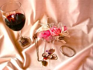 обои для рабочего стола: Бокал вина и украшения