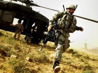 обои Солдаты выходят из вертолёта фото