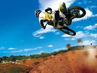 обои Синее небо песок и мотоцикл фото