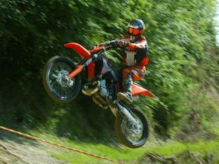 обои Мотоцикл на подъеме в гору фото