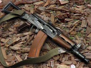 обои АК-74У на листьях фото