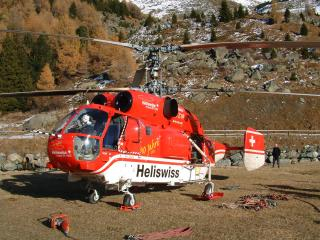 обои Спасательный вертолёт в горах фото
