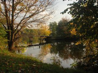 обои для рабочего стола: Мост через пруд, осень