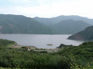 обои Дорога по берегу горного озера фото