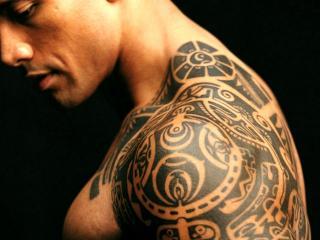 обои Дуэйн Джонсон с татуировкой на плече фото