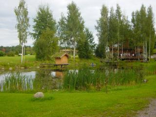 обои Небольшой весенний пруд в городке Валмиера фото