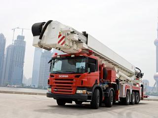 обои Scania кран на фоне города фото