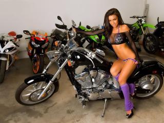 обои Фиолетовые гетры и черный байк фото