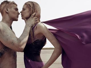 обои Страстный поцелуй двух влюбленных фото