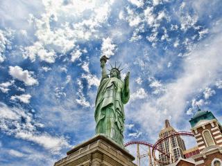 обои Статуя Свободы под облаками фото