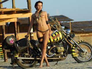 обои Байкерша и её мотоцикл фото