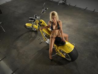 обои В черном купальнике на желтом мотоцикле фото