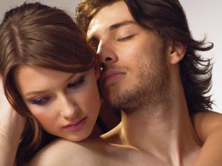 обои Парень целует девушку в ушко фото