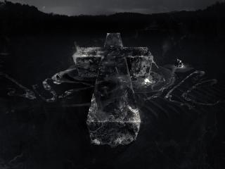 обои Большой крест на выжженном поле фото