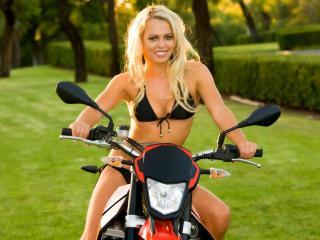 обои Блондинка за рулем мотоцикла фото