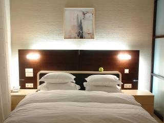 обои Спальня в отеле, с картиной над кроватью фото