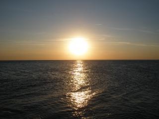 обои Закат на море,   и дорожка на волнах фото