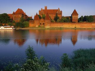 обои Замок на берегу озера летом фото