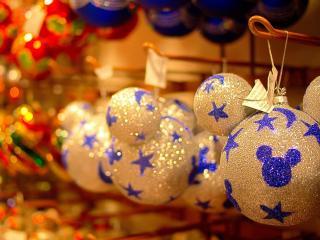 обои Новогоднии шары с логотипом мики мауса фото