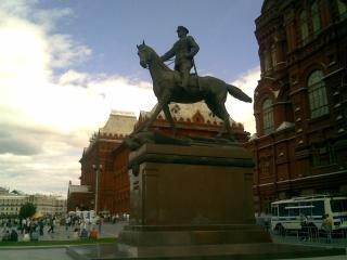 обои Памятники Москвы - памятник маршалу Жукова у здания исторического музея фото