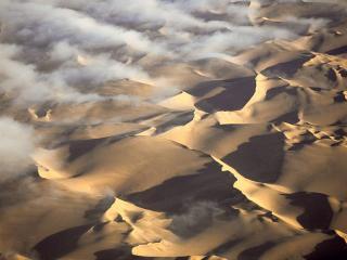 обои Облака на фоне пустыни фото