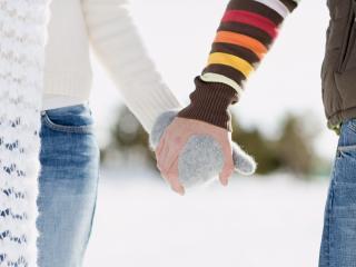 обои Влюблённая пара взялась за руки фото