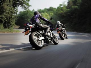 обои Байкеры на дороге фото