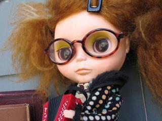 обои Лохматая кукла в гигантских круглых очках фото