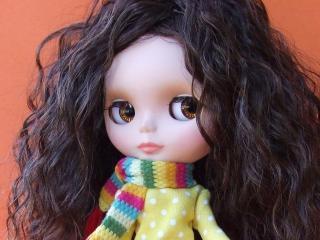 обои Кудрявая куколка в полосатом шарфе фото