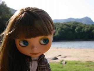 обои Кукла-кокетка на лоне природы фото
