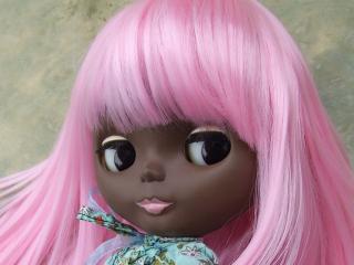 обои Мулатка с розовыми волосами фото